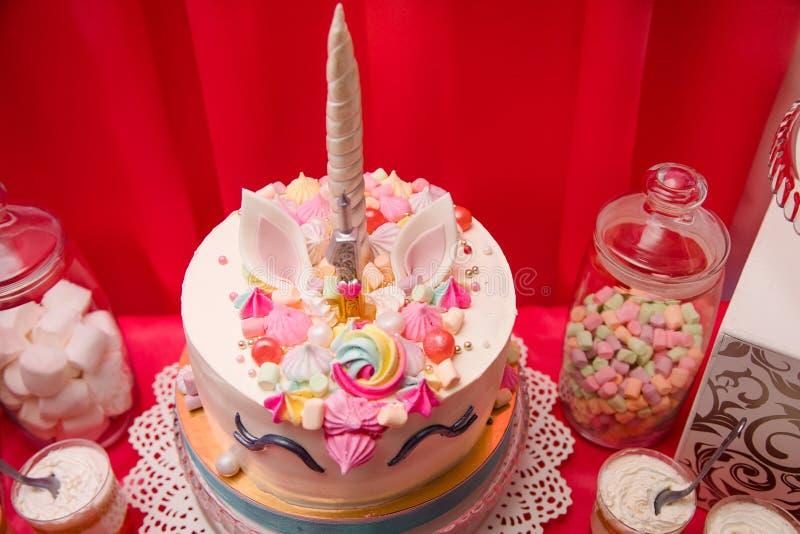 Primeiro conceito da festa de anos do bebê Barra de chocolate com os bolos do unicórnio e artigos doces da decoração em cores cor foto de stock royalty free
