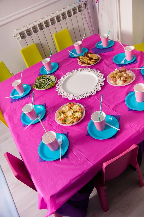 Primeiro conceito da festa de anos do bebê Tabela para crianças e artigos da decoração em cores cor-de-rosa brilhantes fotos de stock royalty free