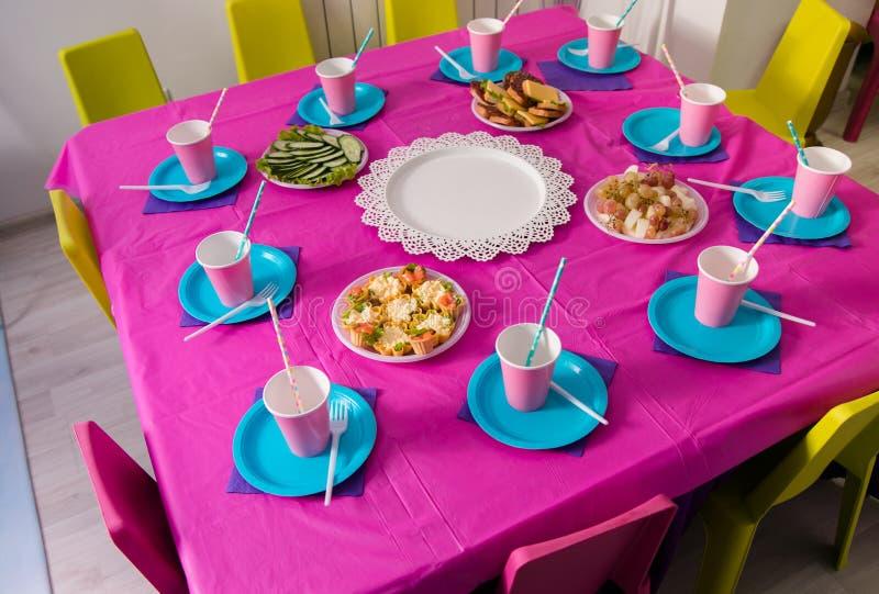 Primeiro conceito da festa de anos do bebê Tabela para crianças e artigos da decoração em cores cor-de-rosa brilhantes foto de stock royalty free