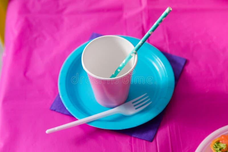 Primeiro conceito da festa de anos do bebê Tabela para crianças e artigos da decoração em cores cor-de-rosa brilhantes Placa, cop imagens de stock royalty free