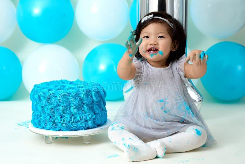 Primeiro despedaçar-se do bolo de aniversário foto de stock royalty free