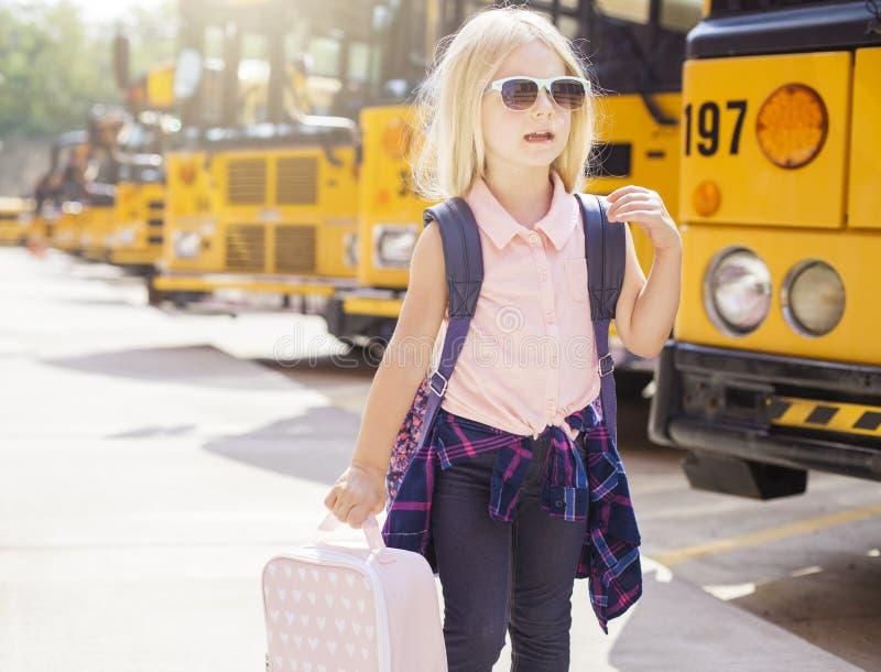Primeiro passeio no ônibus escolar foto de stock