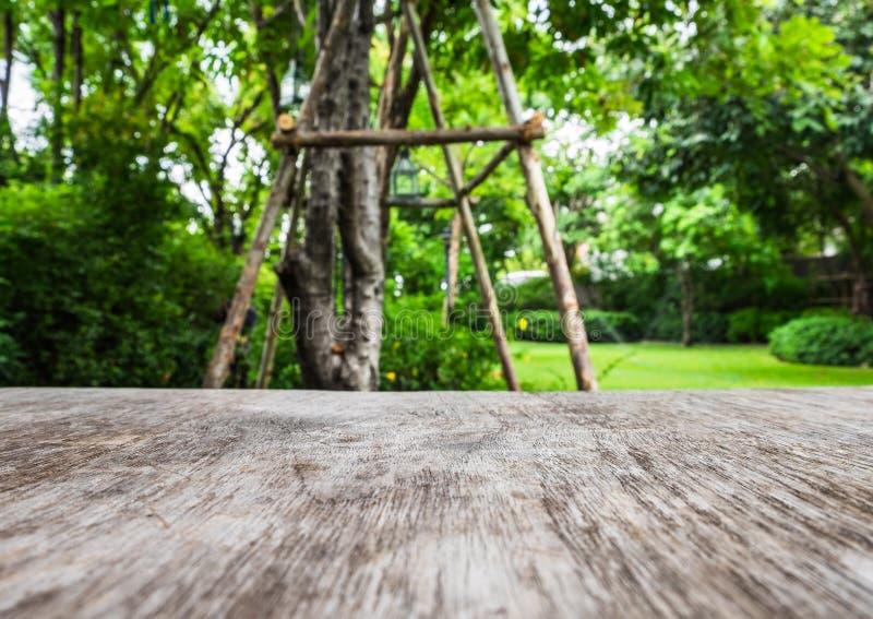 Primeiro plano de madeira da tabela no ambiente ventoso do jardim fotografia de stock