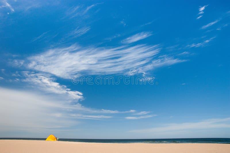 Primeiro turist na areia dourada fotografia de stock