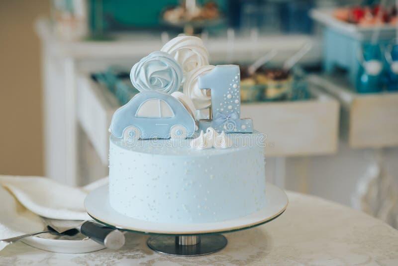 Primeiro urso do aniversário, do bolo e de peluche Bolo com um urso pelo primeiro ano fotografia de stock royalty free