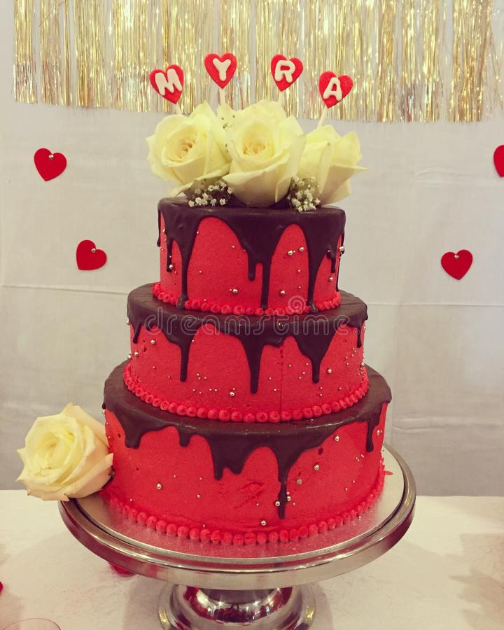 Primeiro veludo do vermelho do myra do bolo de aniversário fotos de stock