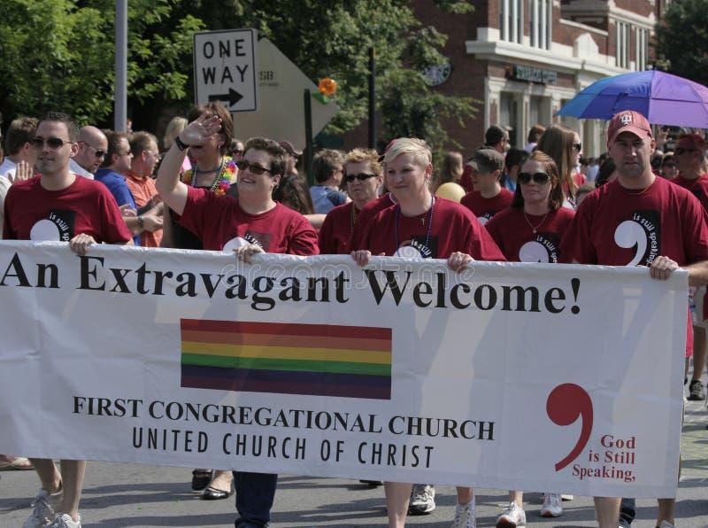 Primeiros membros de Igreja Congregacional que andam no orgulho de Indy imagens de stock
