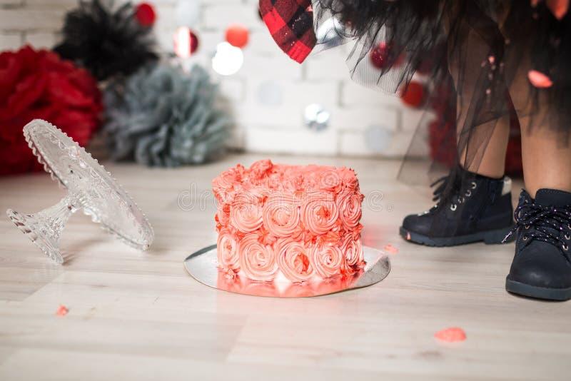 Primeiros momentos da quebra do bolo de aniversário foto de stock