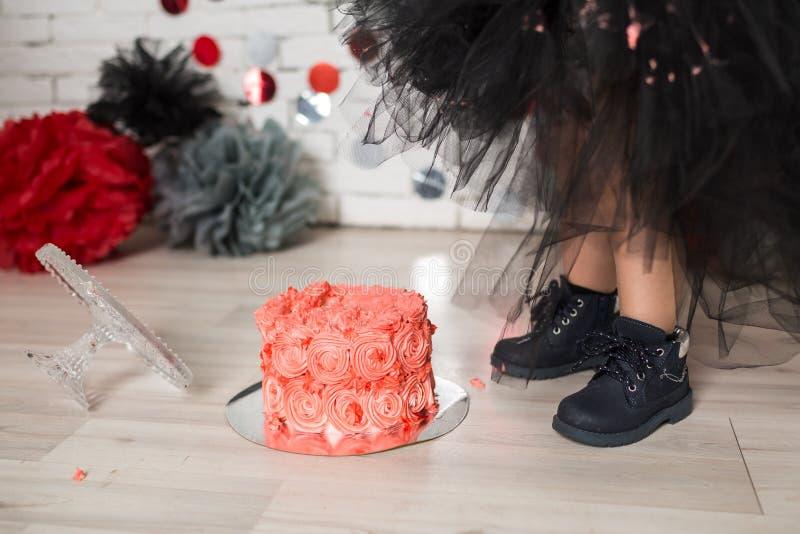 Primeiros momentos da quebra do bolo de aniversário imagens de stock