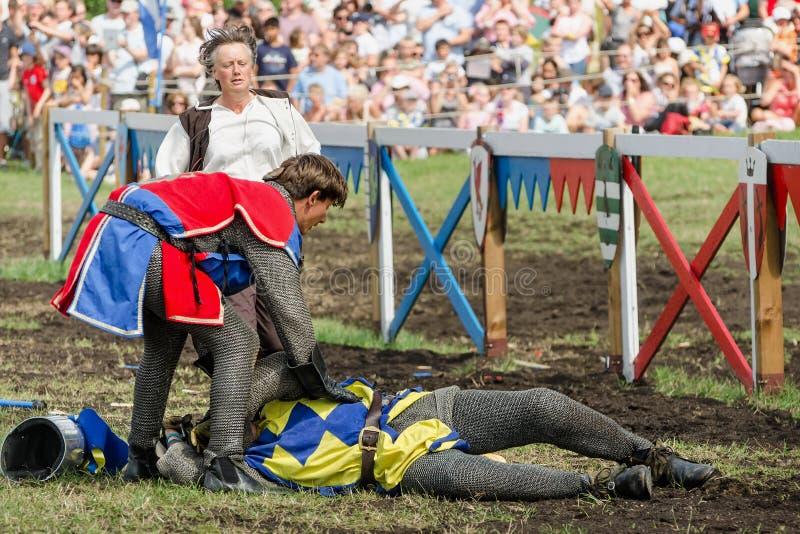 Primeiros socorros ao cavaleiro no competiam dos cavaleiros imagem de stock