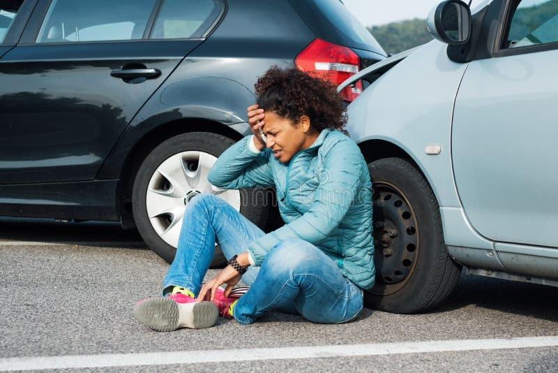 Primeiros socorros de espera dolorosos após o acidente de viação foto de stock