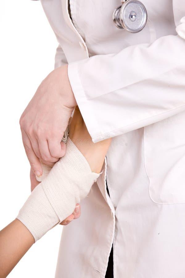 Primeiros socorros no traumatismo do joelho. imagens de stock royalty free
