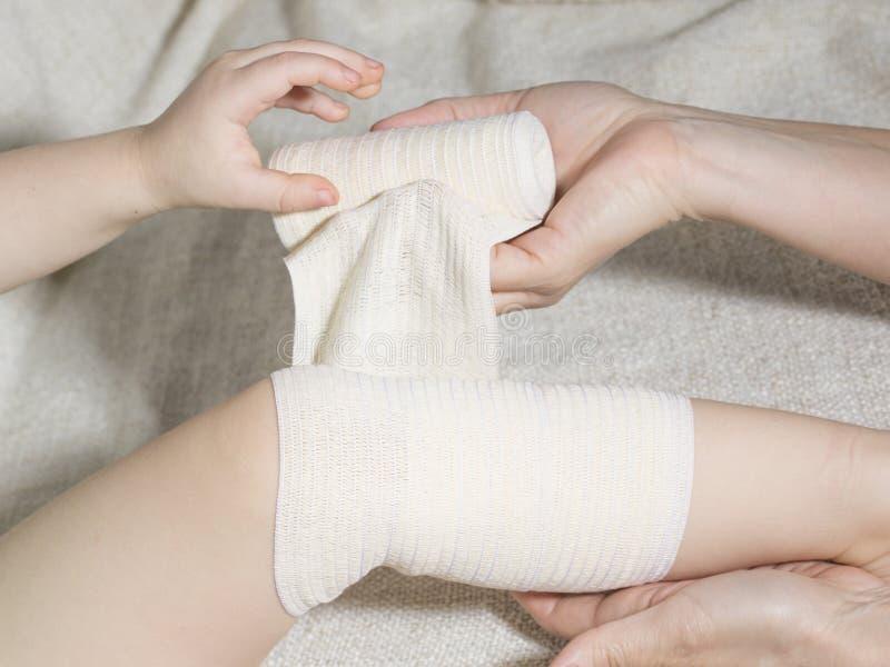 Primeiros socorros no traumatismo do joelho fotos de stock