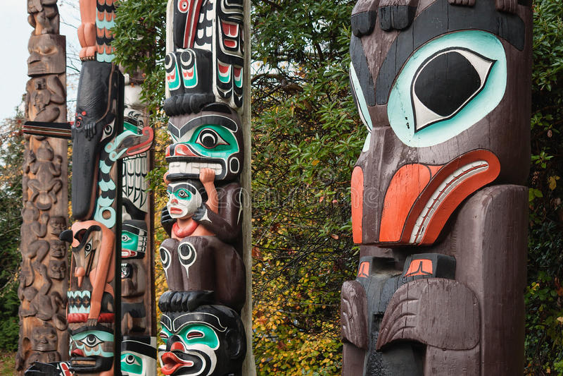 Primeiros totens coloridos das nações, Vancôver, BC, Canadá fotografia de stock