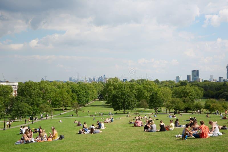 Primelbergkuppe mit London-Stadtansicht und -park lizenzfreies stockfoto