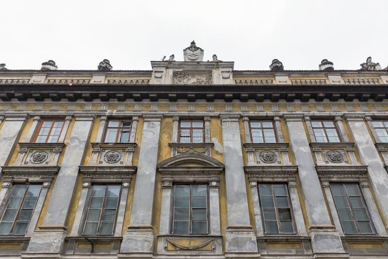 Primer abandonado antiguo del edificio residencial en Kraków, Polonia foto de archivo libre de regalías