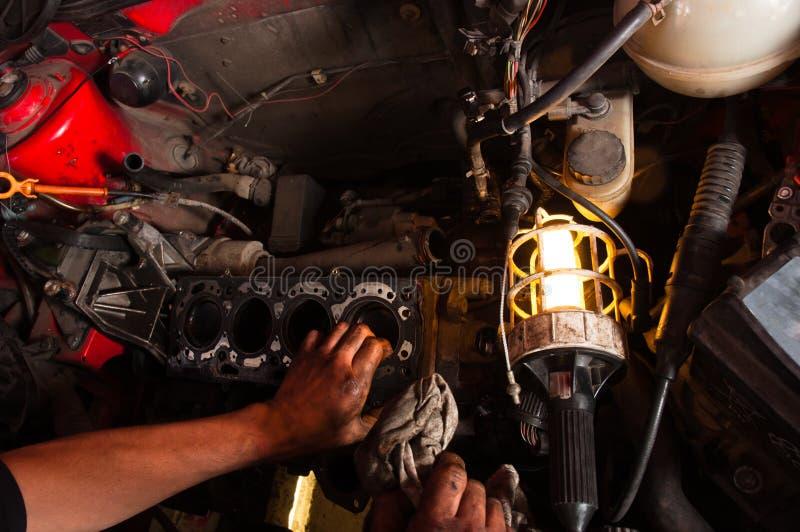 Primer abierto del coche en garage imagenes de archivo