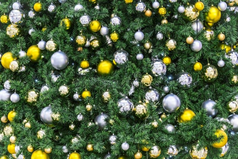 Primer adornado del árbol de navidad Bolas de oro Foto macra de las chucherías del Año Nuevo con el bokeh Decoración ligera de la fotografía de archivo libre de regalías
