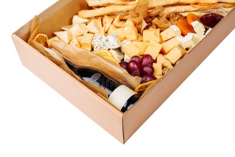 Primer aislado caja de la entrega del cartón del queso del vino foto de archivo