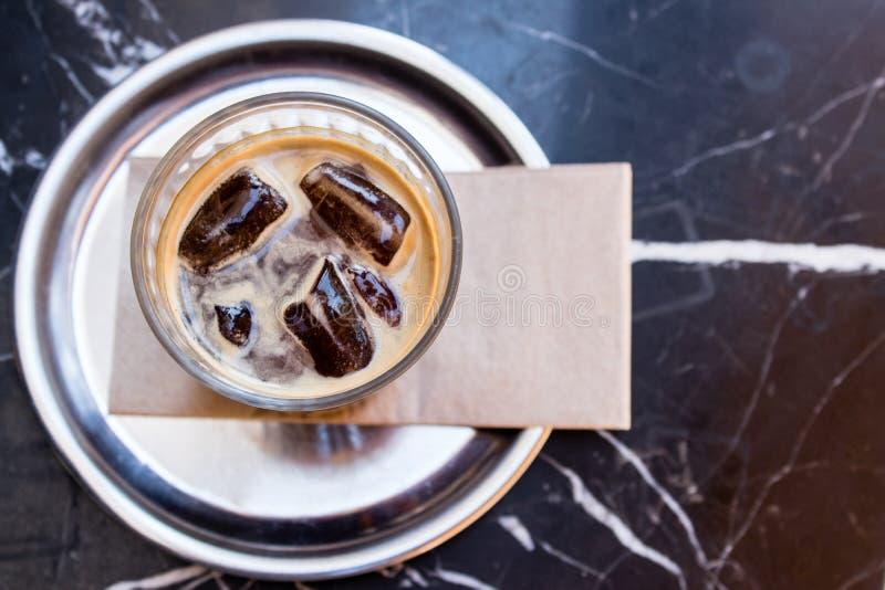 Primer al café con el vidrio - fondo negro y raya blanca foto de archivo