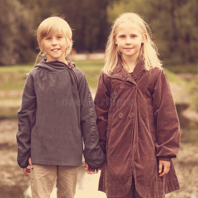Primer amor, concepto romántico, niño pequeño y muchacha imagenes de archivo