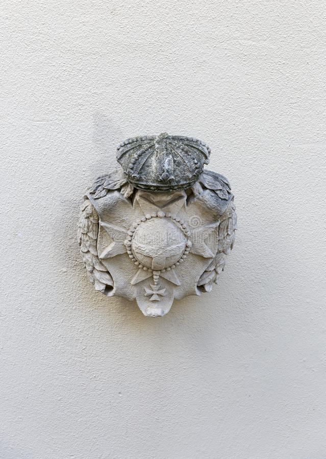 Primer antiguo de piedra del escudo de armas en San Marino imagenes de archivo