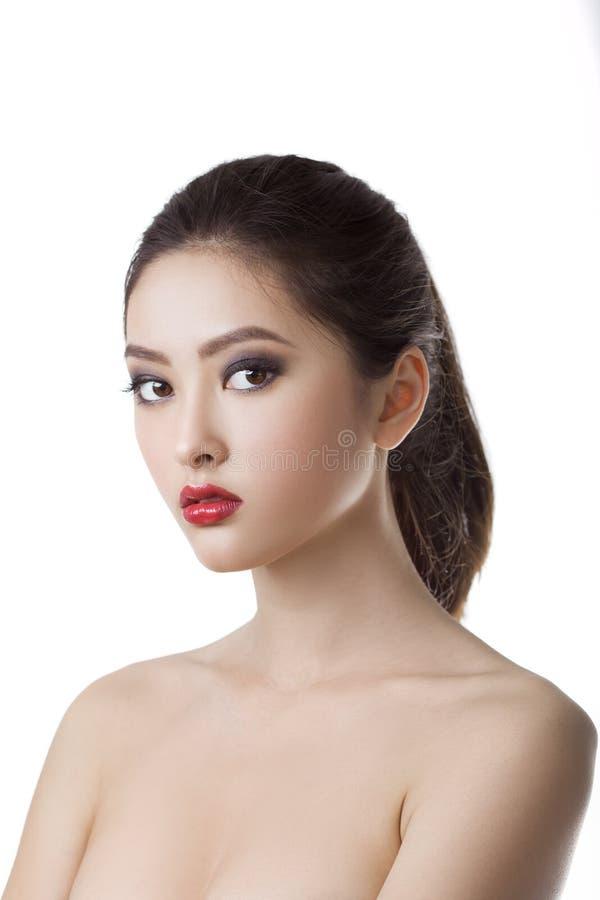 Primer asiático del cuidado de piel de la mujer de la belleza Retrato de la chica joven hermosa Aislado en el fondo blanco Raza m imagen de archivo