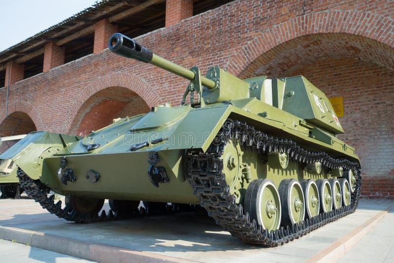 Primer automotor de la artillería SU-76 Exposición del equipo militar en el Kremlin en Nizhny Novgorod imágenes de archivo libres de regalías