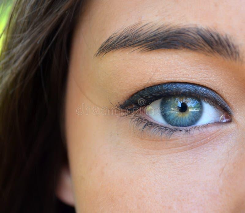 Primer azul hermoso del ojo de la mujer fotos de archivo