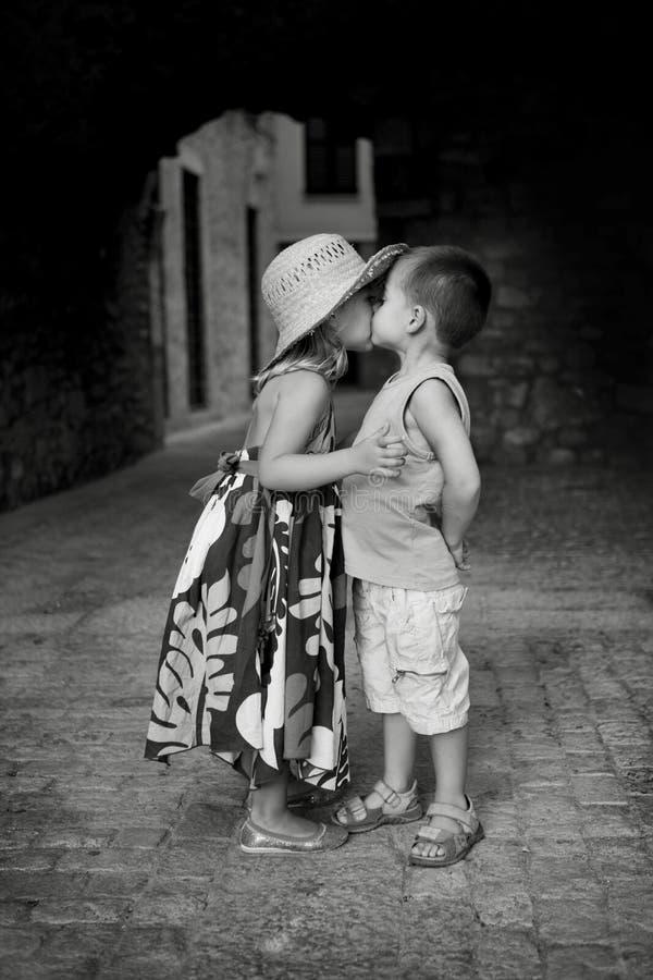 Primer beso imagenes de archivo