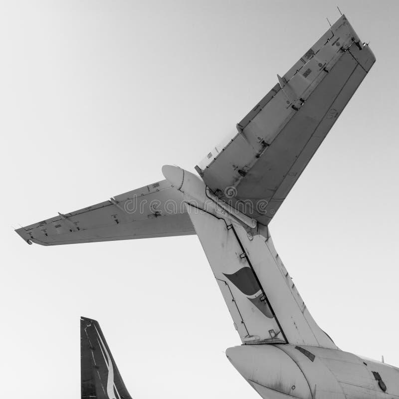 Primer blanco y negro de la cola de un avión de pasajeros Negro detallado a fotografía de archivo libre de regalías