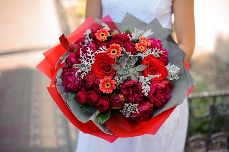 Primer brillante del ramo La combinación de peonías, de rosas y de succulents imagen de archivo libre de regalías