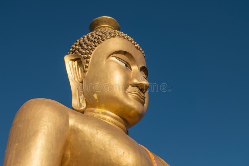Primer, Buda de oro enorme en el templo del kiaw del khao en ratchabur foto de archivo