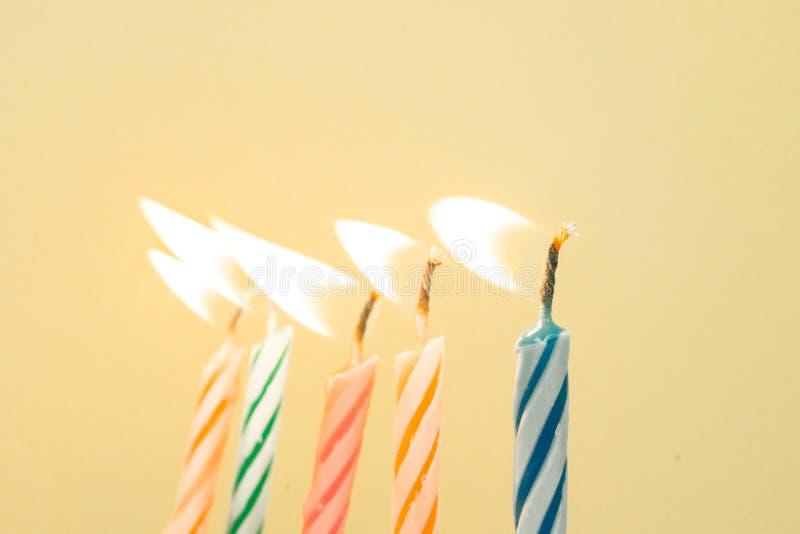 Primer colorido de las velas del feliz cumpleaños con un fondo en colores pastel imágenes de archivo libres de regalías