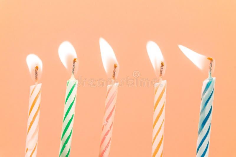 Primer colorido de las velas del feliz cumpleaños con un fondo en colores pastel foto de archivo libre de regalías