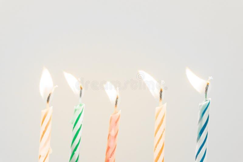 Primer colorido de las velas del feliz cumpleaños con un fondo en colores pastel fotos de archivo libres de regalías