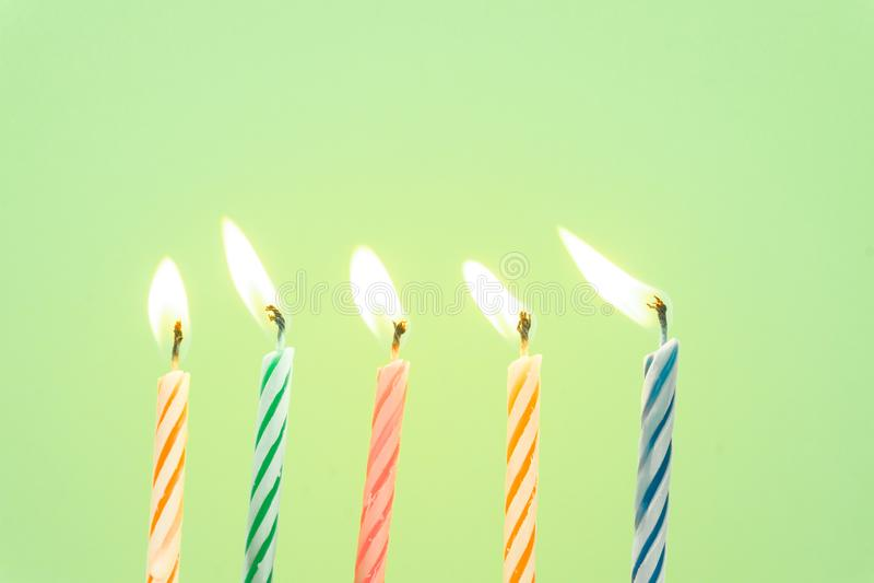 Primer colorido de las velas del feliz cumpleaños con un fondo en colores pastel fotografía de archivo libre de regalías