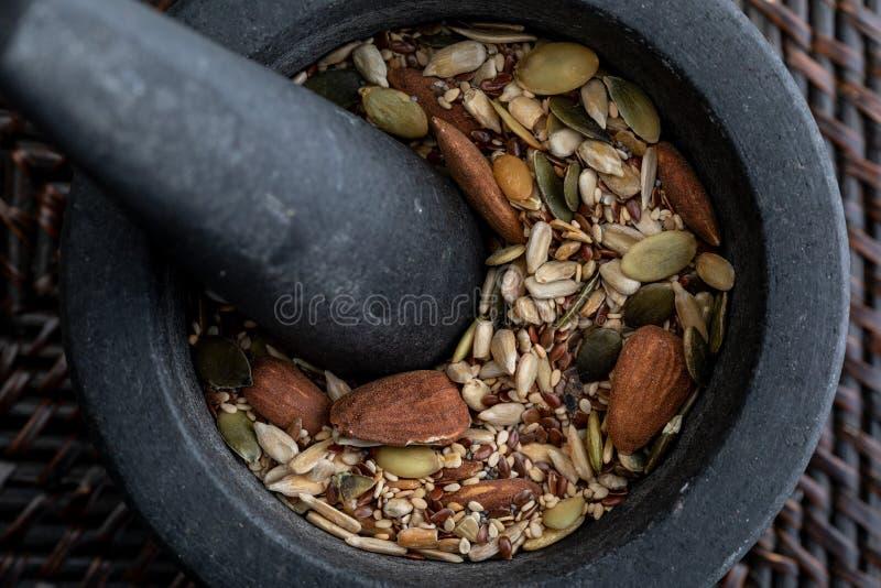 Primer con la mezcla de semillas y de nueces r imagen de archivo libre de regalías