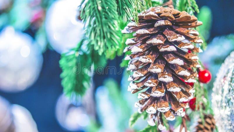 Primer cono del pino del juguete del ` s del Año Nuevo de la Navidad y de la rama de árbol de navidad naturales imagenes de archivo