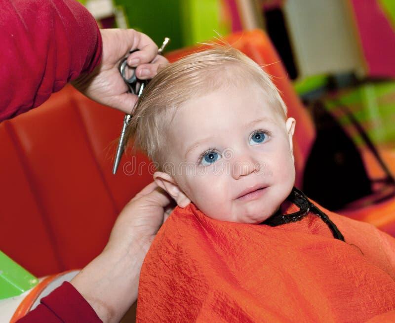 Primer corte de pelo del muchacho fotos de archivo