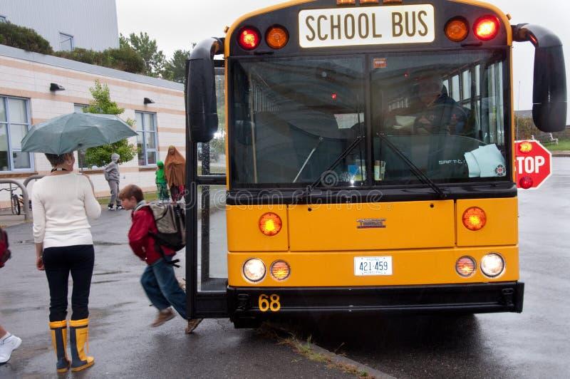 Primer día de autobús escolar imagenes de archivo
