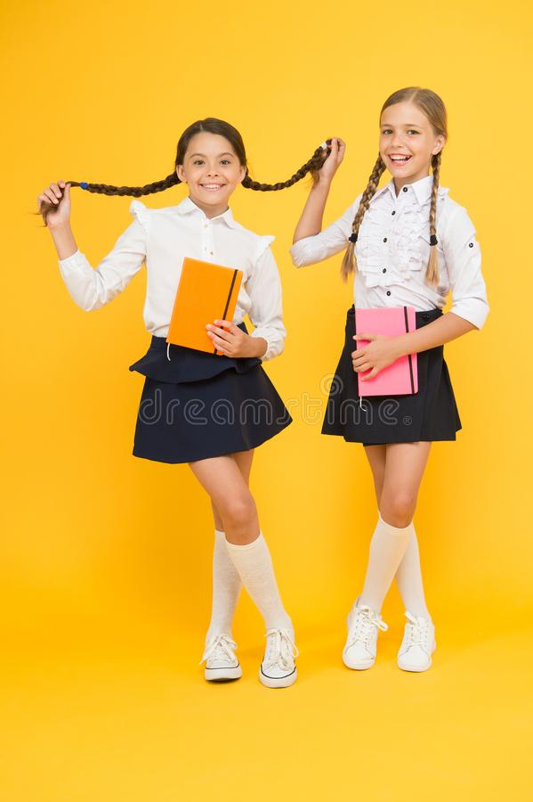 Primer d?a en la escuela La mayoría de la cosa importante una aprende en escuela es ayuda y amistad del amor propio Embroma a mej foto de archivo