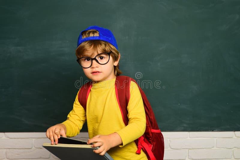 Primer d?a escolar Pequeño muchacho del estudiante que consigue tiranizado en escuela El tiranizar de la escuela Concepto de la e foto de archivo libre de regalías