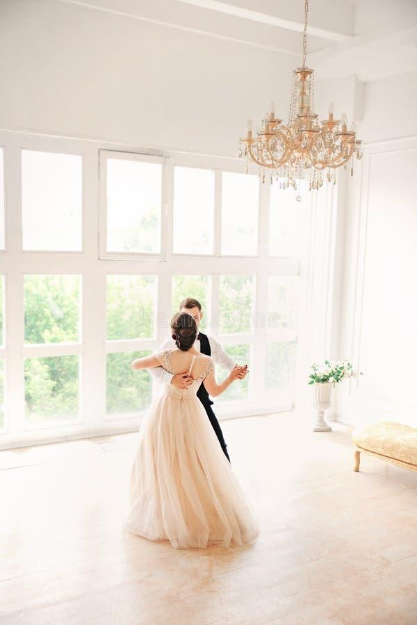 Primer danc de la boda casarse pares baila en el estudio boda fotografía de archivo libre de regalías