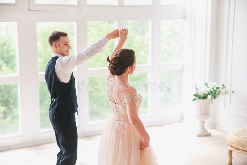Primer danc de la boda casarse pares baila en el estudio Día de boda Novia y novio jovenes felices en su día de boda fotos de archivo
