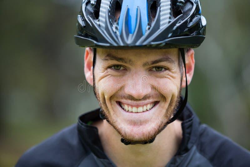 Primer de atlético masculino sonriente en parque fotos de archivo