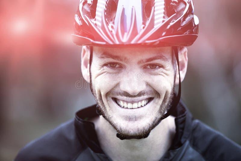 Primer de atlético masculino sonriente en parque imágenes de archivo libres de regalías