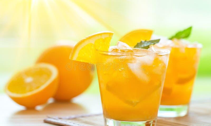 Primer de bebidas anaranjadas frescas en la tabla foto de archivo