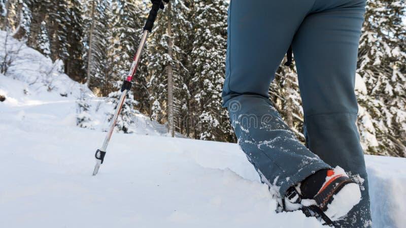 Primer de caminar botas en una trayectoria de la nieve fotos de archivo libres de regalías