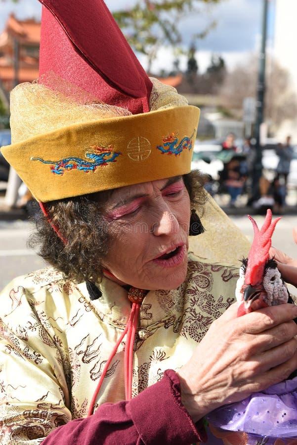 Primer de Chico McRooster con el controlador en el desfile chino del Año Nuevo de Los Angeles fotografía de archivo